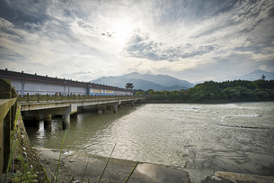 Ancient Dujiangyan irrigation system in Dujiangyan City, Sichuan province of China.の写真素材 [FYI02350180]