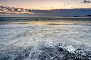Renaissance Rock, Black Beach, Victor Town, Icelandの写真素材 [FYI02350247]