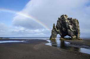 Rainbow with Hv?tserkur arch,Icelandの写真素材 [FYI02351267]