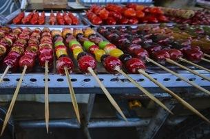 Street food in Tanghulu,Sugar-coated haws, Shenyang, Chinaの写真素材 [FYI02351919]