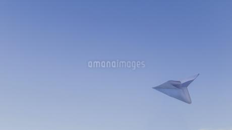 Paper airplane flies over the skyの写真素材 [FYI02351948]