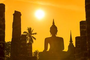 Silhouette of Buddha statue in Sukhothai Kingdom, Thailandの写真素材 [FYI02352015]