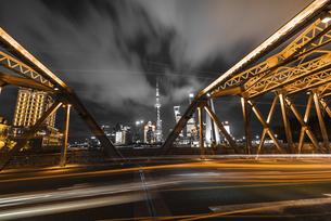 Traffic Light trail at the Waibaidu Bridge, Shanghai, Chinaの写真素材 [FYI02352310]