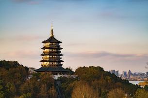 Sunset Glow at Leifeng Pagoda,Hangzhou, Zhejiang, Chinaの写真素材 [FYI02352344]