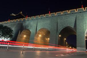 Wenchang Men at the night, Xian, Shaanxi, Chinaの写真素材 [FYI02352818]