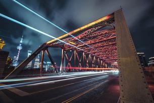 Traffic Light trail at the Waibaidu Bridge, Shanghai, Chinaの写真素材 [FYI02352855]