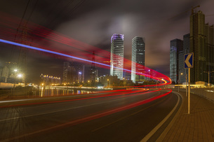 Traffic light trail of the city at the night in Dalian, Chinaの写真素材 [FYI02353642]