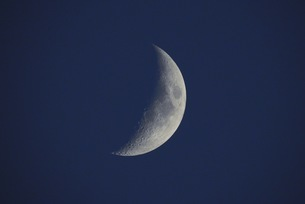 the moon at the last quarterの写真素材 [FYI02353732]
