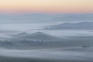 Mountain in the mist, Mount Bei, Xinjiang, Chinaの写真素材 [FYI02353842]