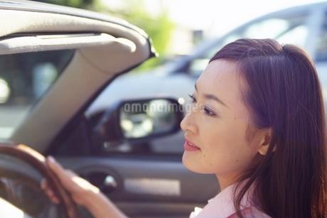 ドライブをする女性の写真素材 [FYI02354171]