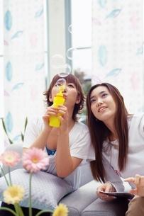 シャボン球で遊ぶ女性の写真素材 [FYI02354223]