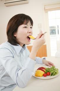 食事する女性の写真素材 [FYI02354268]