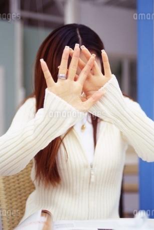 顔を隠す女性の写真素材 [FYI02354308]