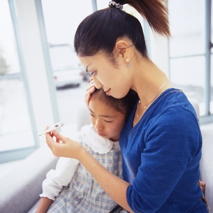 熱を測るお母さんの写真素材 [FYI02354319]