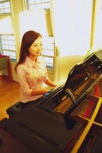 ピアノを弾く女性の写真素材 [FYI02354346]