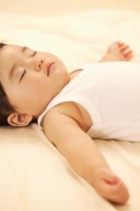 眠る赤ちゃんの写真素材 [FYI02354350]