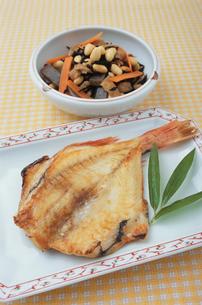 赤魚の干物とひじきの写真素材 [FYI02354358]