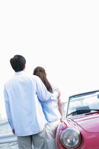 ドライブをするカップルの写真素材 [FYI02354383]