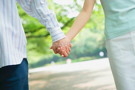 つないだカップルの手元の写真素材 [FYI02354426]