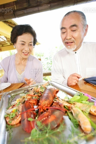 食事をするシニアカップルの写真素材 [FYI02354452]