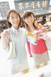 団子を買う女性の写真素材 [FYI02354457]