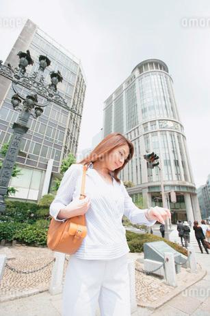 時計を見る女性の写真素材 [FYI02354459]