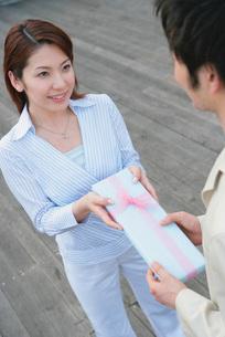 プレゼントを渡す女性の写真素材 [FYI02354478]