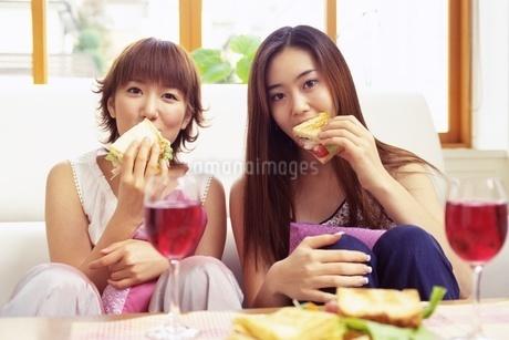 食事をする女性の写真素材 [FYI02354480]