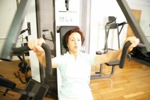 体を鍛える女性の写真素材 [FYI02354482]
