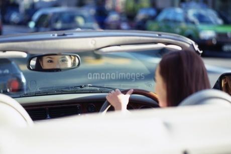ドライブをする女性の写真素材 [FYI02354485]