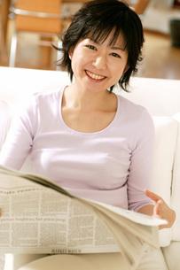 新聞を読む女性の写真素材 [FYI02354488]