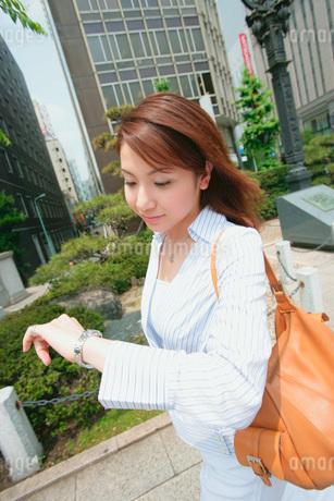 時計を見る女性の写真素材 [FYI02354493]
