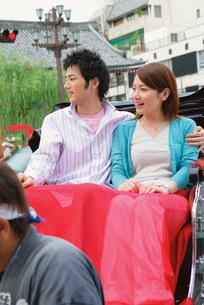 人力車に乗るカップルの写真素材 [FYI02354496]