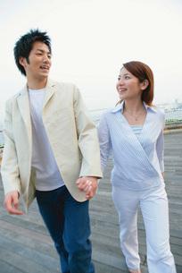 手をつなぐカップルの写真素材 [FYI02354510]