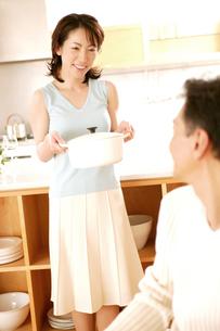 鍋を持つ女性の写真素材 [FYI02354512]