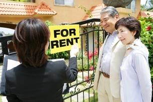 家を探す夫婦の写真素材 [FYI02354513]