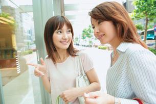 ショッピングをする女性2人の写真素材 [FYI02354514]