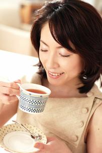 紅茶を飲む女性の写真素材 [FYI02354520]