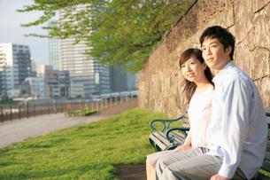 ベンチに座るカップルの写真素材 [FYI02354530]