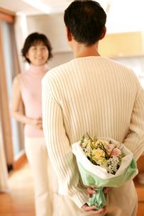 花束を貰う女性の写真素材 [FYI02354541]