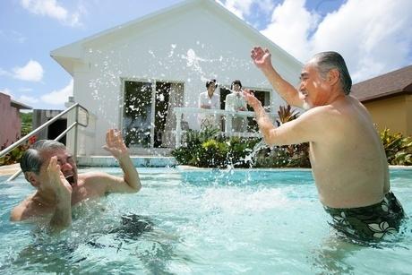 プールで遊ぶシニア男性の写真素材 [FYI02354543]