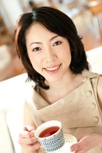 紅茶を飲む女性の写真素材 [FYI02354544]