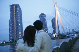 夜景を見つめるカップルの後ろ姿の写真素材 [FYI02354545]