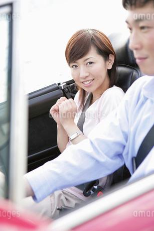 ドライブをするカップルの写真素材 [FYI02354546]