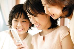 携帯電話と女性の写真素材 [FYI02354555]