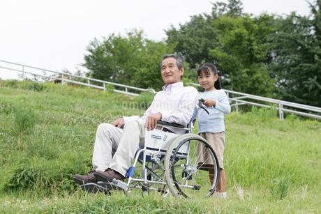 車椅子を押す子どもの写真素材 [FYI02354558]