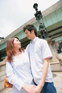 寄り添うカップルの写真素材 [FYI02354571]