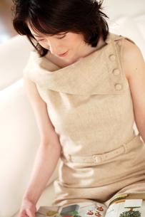 雑誌を読む女性の写真素材 [FYI02354582]