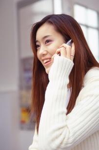 携帯電話を使う女性の写真素材 [FYI02354586]