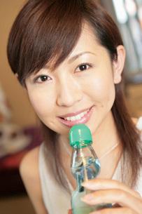 ラムネを飲む女性の写真素材 [FYI02354590]